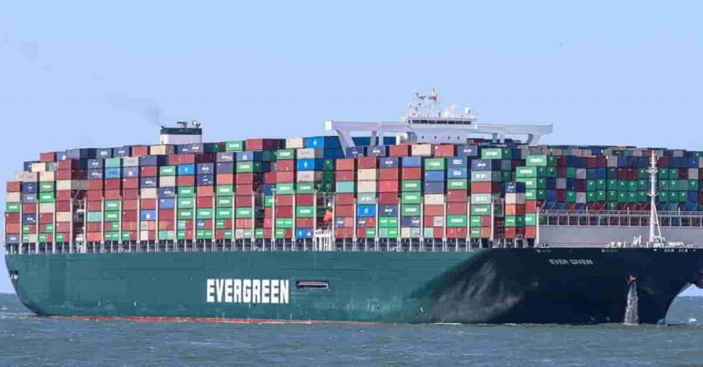 Ever Given encallado sobre el Canal de Suez