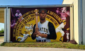Pinta mural inspirador en la escuela intermedia Roberto Clemente