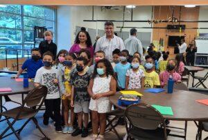 """El programa """"Kidz Zone"""" llega al vecindario de Engelwood para ayudar a los jóvenes en riesgo"""