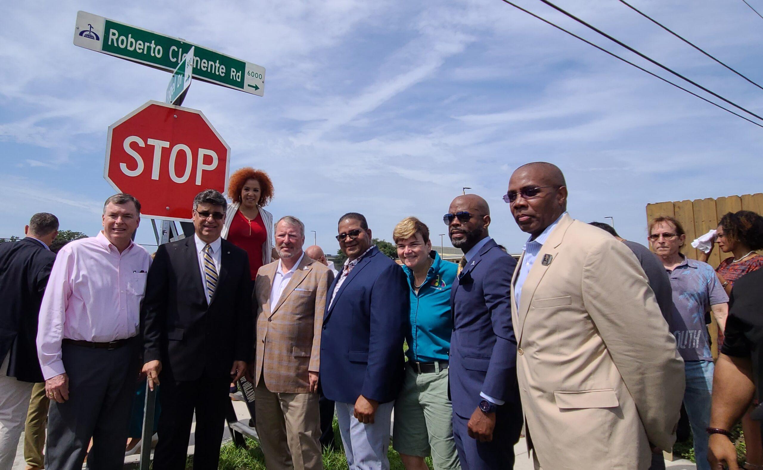 En histórica ceremonia líderes de Orlando develan letrero de calle en honor a Roberto Clemente