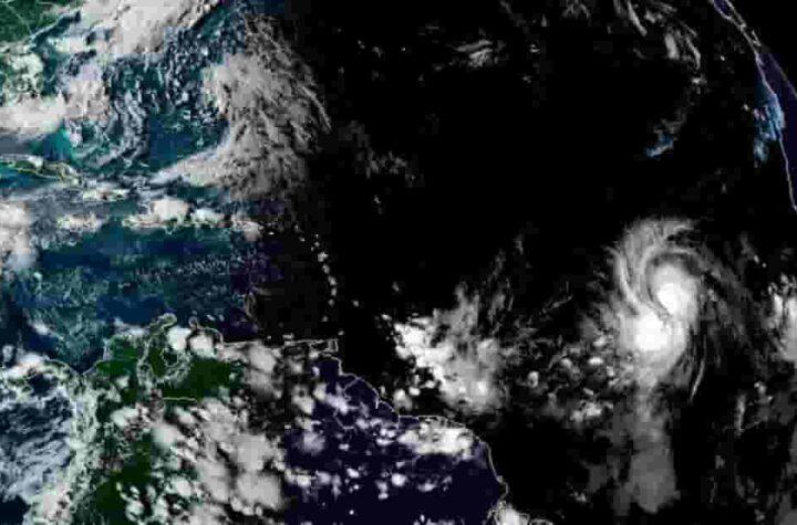 Huracán Larry se dirige al Atlántico
